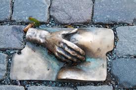 escultura pecho y mano