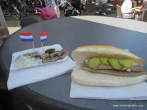 Haring en su presentación tradicional y como sandwich